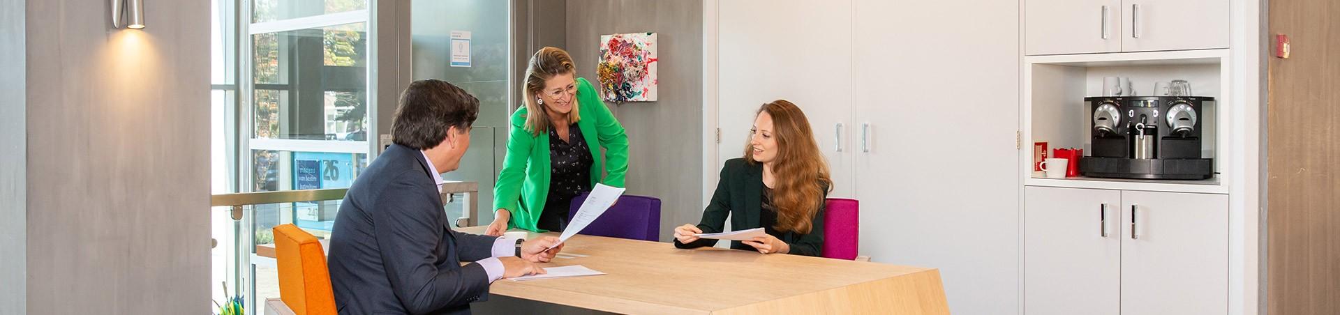 Onze Bestuursrecht advocaten op kantoor in Den Haag